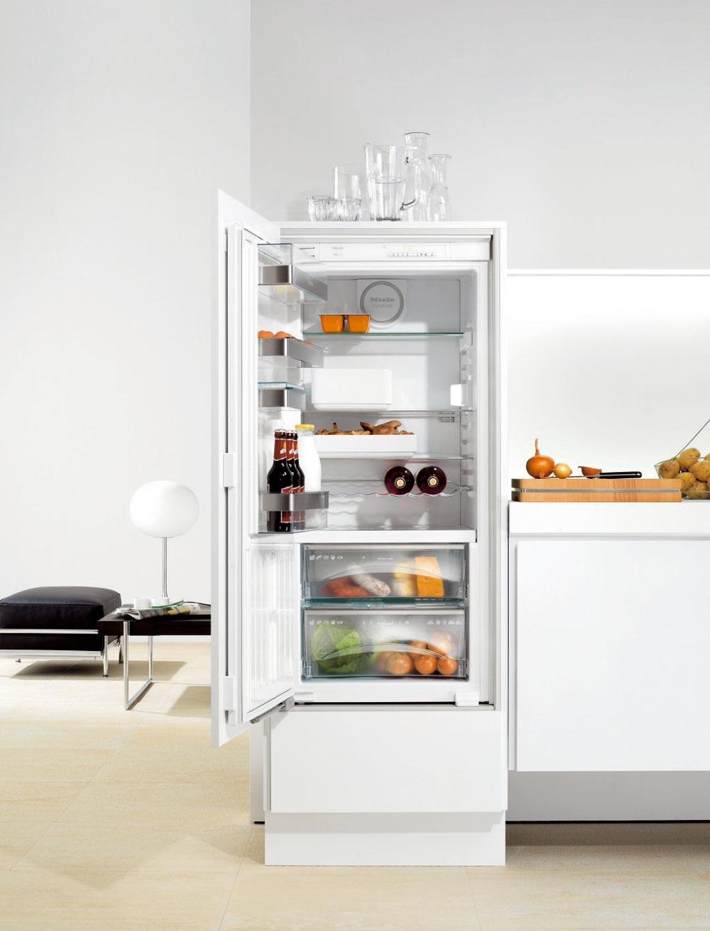 Zabudovateľná monoklimatická chladnička Miele K9457 iD-4, sobjemom 201 litrov (141/60) venergetickej triede A++, splnovýsuvnými zásuvkami. Zóna PerfectFresh (60 l) udrží potraviny až trikrát dlhšie čerstvé – dve výsuvné transparentné zásuvky na teleskopických koľajničkách (horná zásuvka využiteľná ako suchá zásuvka, spodná zásuvka regulovateľná ako suchá alebo vlhká). Systém DynaCool zaručuje rovnomerné rozloženie teploty. Poličky na vnútornej strane dvierok sú vyrobené zo špeciálneho vysokoodolného plastu amôžu sa umývať vumývačke, superchladenie, automatické odmrazovanie, vnútorné osvetlenie LED-diódami. Spotreba 121 kWh/rok (0,33 kWh/deň), hlučnosť 37 dB. Cena 1 220 €.