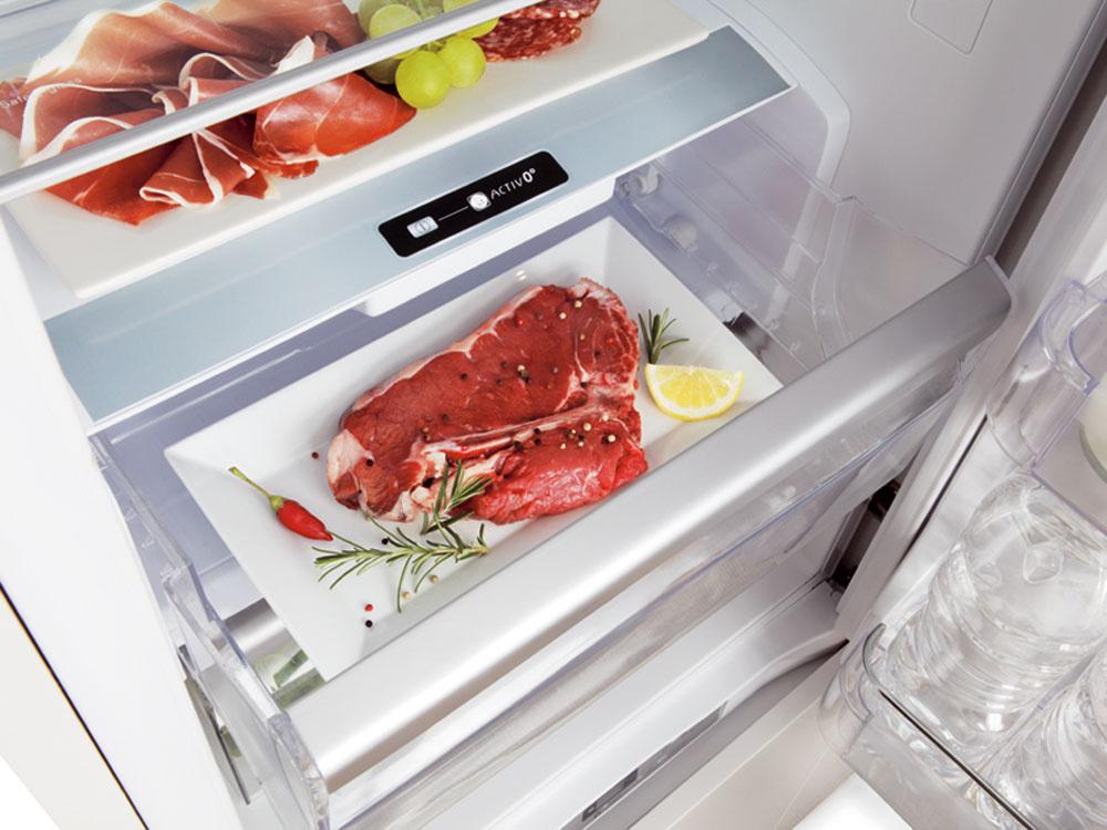 Activ0° vytvára ideálne podmienky na skladovanie mäsa, rýb, zeleniny či ovocia. Vďaka dôkladnej astálej kontrole teploty avlhkosti si potraviny uchovávajú chuť, výživové hodnoty ačerstvý vzhľad. Jedným stlačením gombíka sa aktivuje nezávislý ventilačný systém, ktorý zabezpečí, aby sa teplota vnútri zásuvky Activ0° udržiavala na teplote 0 °C (–1 až +2 °C), čím zamedzí vzniku baktérií, ktoré sú hlavnou príčinou procesu starnutia či znehodnocovania potravín. Meranie zmien farebnosti potravín skladovaných vzásuvke Activ0° preukázalo, že majú až dvakrát intenzívnejšiu farbu než potraviny vbežnej chladničke. Následné testy zároveň potvrdili aj zachovanie vône, štruktúry či výživových hodnôt. Ďalšou výhodou systému Activ0° je, že ak momentálne nemáte potraviny vhodné na tento typ uskladnenia, môžete ho deaktivovať, pričom teplota aúroveň vlhkosti sa prispôsobí ostatným priečinkom vchladničke.