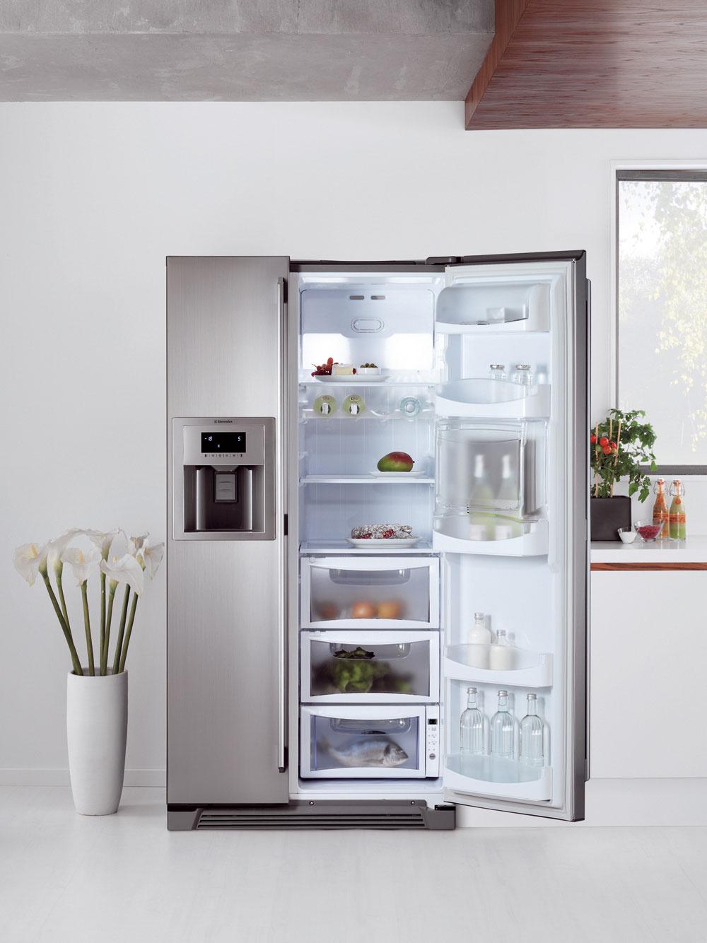 Nová side-by-side chladnička Electrolux ENL60812X sdávkovačom vody aľadu priamo vo dvierkach, napojeným priamo na vodovodné potrubie. Domáci bar umiestnený vdruhých dvierkach ponúka okamžitý prístup knápojom bez nutnosti otvárania celých dverí, čím šetrí energiou. Technológia NoFrost, ochrana proti odtlačkom prstov, elektronické dotykové ovládanie, intenzívne chladenie, rýchle zmrazovanie, alarm zvýšenej teploty aotvorených dverí (svetelná azvuková signalizácia), sklenené police. Objem 518 litrov (343/175), spotreba energie 423 kWh/rok (1,16 kWh/deň), energetická trieda A+, hlučnosť 44 dB. Cena 1 699 €.