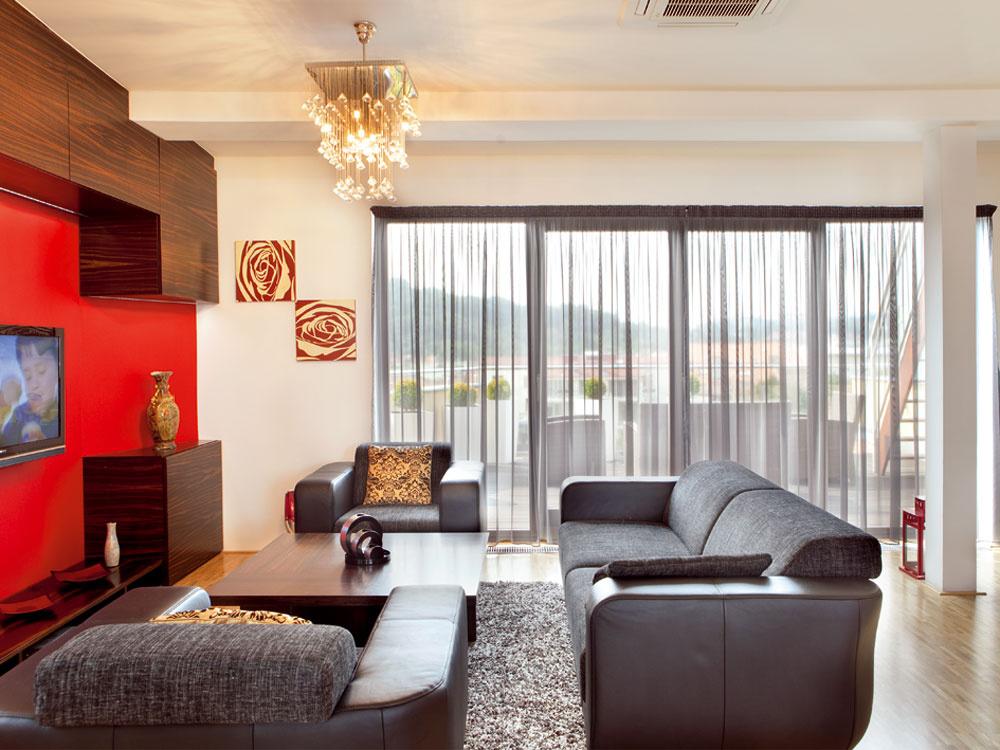 Pohovka bola prvým kúskom nábytku, ktorý si majieľ ešte pred dokončením bytu kúpil. Vedel aj to, že do obývačky chce krištáľový luster, nečakajte však nijakú klasiku. Svietidlo je moderné ahlási sa ktu obľúbenému hranatému tvarosloviu.