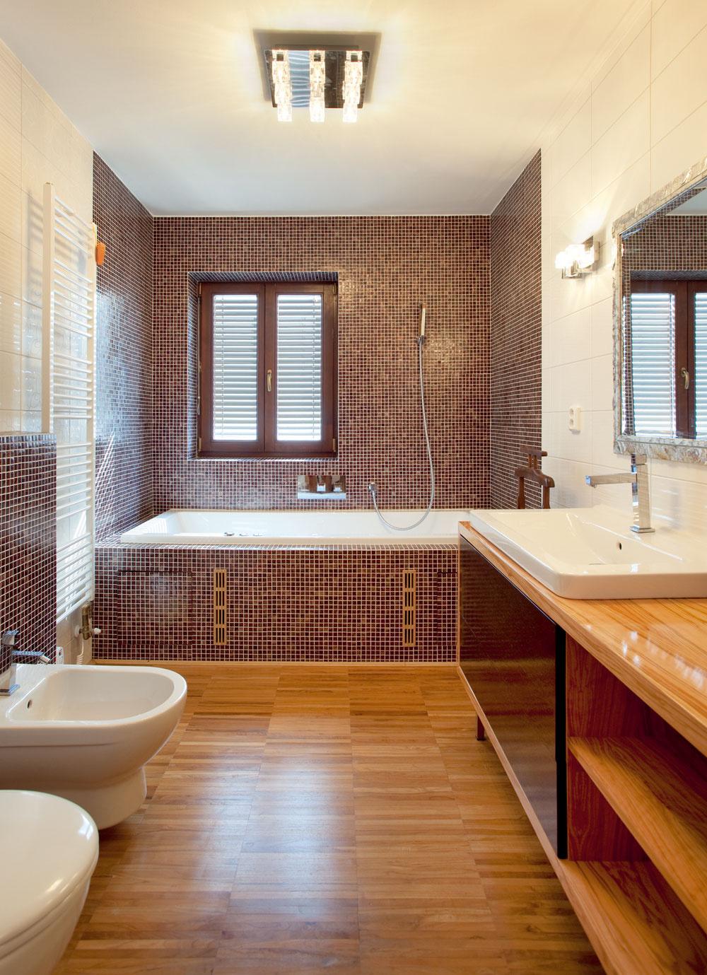 Zmluvu shranatým dizajnom podpísali vodovodné armatúry, fialová mozaika, originálne stropné svietidlo adokonca aj umývadlo, ktoré svoje rohy užívateľsky trochu zaoblilo.