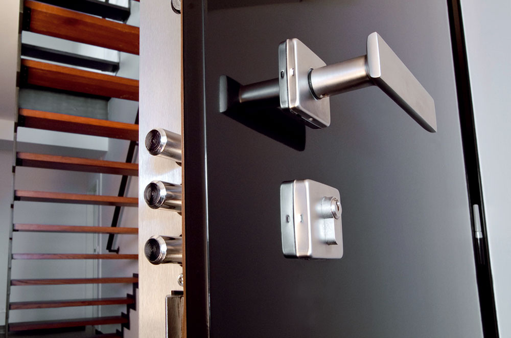 Bezpečnostné dvere od firmy NEXT majú obojstranne opancierovanú oceľovú konštrukciu. Systém zamkýnania môže byť až dvadsaťbodový so špeciálnymi kalenými krytmi zámkov. Dvere bezpečnostnej triedy tri aštyri majú vokolí zámku zvýšenú pevnosť opancierovania vďaka špeciálnemu plechu. Povrch dverí je zmoderného vysokotlakového laminátu, dyhy alebo zmasívneho dreva. Dvere sa dajú doplniť aj oďalšie bezpečnostné prvky, ako je čítačka odtlačkov prstov, ktorá vkombinácii smotorovou vložkou umožní ich automaticky odomknúť azamknúť bez použitia kľúča. Vďaka kamere vpriezorníku môžete sledovať prichádzajúcich hostí na akomkoľvek monitore vbyte.