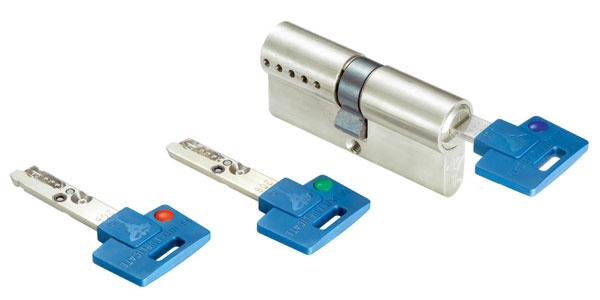 TLO – vložka zámku značky Mul-T-Lock smožnosťou dočasne zablokovať kľúč sa hodí, ak chcete byt alebo časť domu prenajímať. Svložkou dostanete kľúče označené troma farbami – modrou, zelenou ačervenou. Nájomníkovi poskytnete priestory aodovzdáte mu modrý kľúč. Keď bude potrebné znemožniť mu prístup, otočíte červeným kľúčom vzámku, čím modrý kľúč prestane fungovať. Modrý kľúč sa dá znovu sfunkčniť jedným použitím zeleného kľúča.
