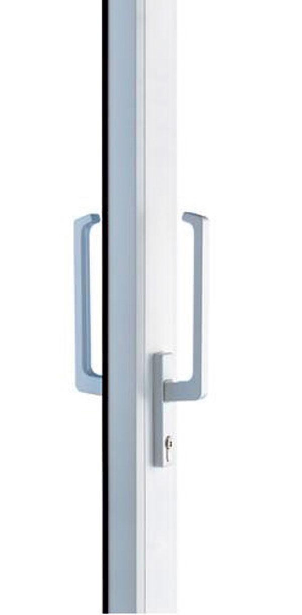 Bezpečnostné okno pozostáva zbezpečnostného kovania, uzamykateľnej kľučky abezpečnostného zasklenia. Firma GU Slovensko ponúka mechanické systémy na zabezpečenie okien azasklených stien až do druhejbezpečnostnej triedy –rôzne okenné kovania či snímače uzatvorenia okien, ale aj kovanie, ktoré umožňuje vetraťveľkoplošnými zdvižne posuvnými dverami, atie sú pritom stále zaistené do druhého stupňa bezpečnosti. Bezpečnostné kovania na okná abalkónové dvere majúhríbové čapy po celom obvode – podľa toho, koľko bezpečnostných uzáverov si vyberiete, volíte si stupeň bezpečnosti okna jeden alebo dva.