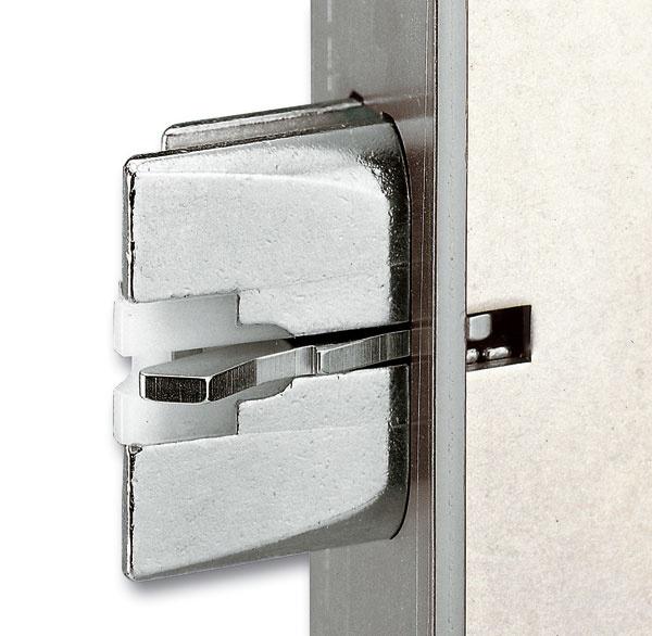Automatický zámok Secury Automatic od firmy GU Slovensko vám umožní pri odchode zdomu dvere len jednoducho zavrieť anezdržiavať sa so zamykaním kľúčom. Zámok to zvládne sám. Pomocou pružiny vystrelia dve alebo štyri strelky (podľa typu uzáveru), ktoré sú chránené proti spätnému zatlačeniu. Kľúče si však zoberte so sebou. Pre prípad, že by ste sa chceli aj vrátiť. Ak si vyberiete zámok Secury Automatic smotorom, môžete odomknúť aj bez kľúčov, pomocou elektronického impulzu. Môžete si vybrať medzi čipom alebo biometrickým údajom (odtlačky prstov). Biometrický snímač je umiestnený na krídle dverí, nie sú teda potrebné žiadne stavebné úpravy vostení.