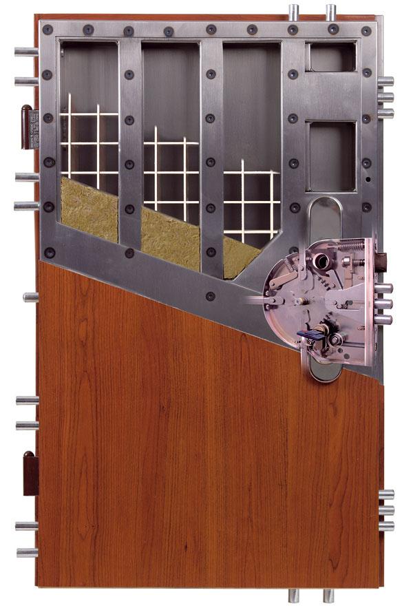 Bezpečnosť dverí sa dá zvýšiť aj bezpečnostným kovovým prahom, ktorý zabraňuje páčeniu dverí zospodu.