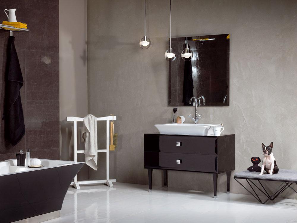 Kúpeľne vrukách návrhárov niekedy vyzerajú ako ziného sveta. Surrealistický pocit umocňuje zaujímavé svietidlo zavesené vpriestore pred zrkadlom atiež buldoček vyzerá, že je vtejto kúpeľni tak trochu navyše. Rozhodne mu to vnej ale pristane…