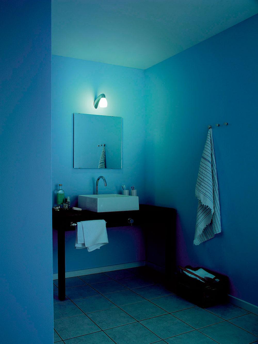 Názorná ukážka toho, čo dokáže denné svetlo privedené svetlovodom. Vľavo kúpeľňa sumelým osvetlením nad zrkadlom. Vpravo rovnaká miestnosť vybavená svetlovodom