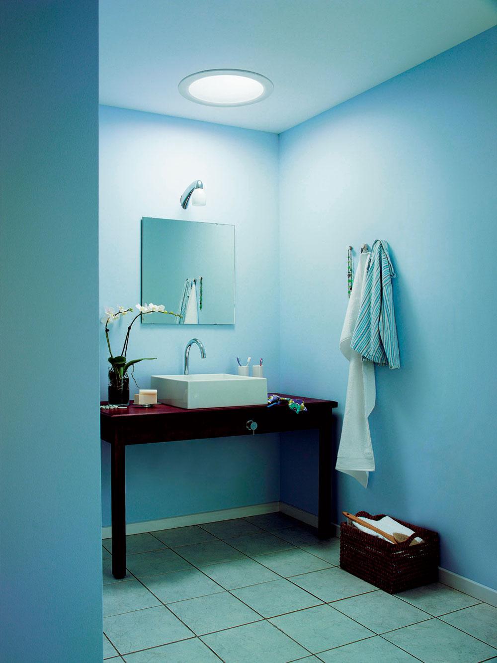 Názorná ukážka toho, čo dokáže denné svetlo privedené svetlovodom. Vľavo kúpeľňa sumelým osvetlením nad zrkadlom. Vpravo rovnaká miestnosť vybavená svetlovodom.
