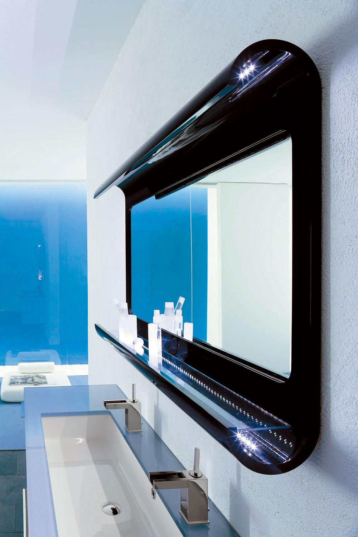 Zrkadlo so zabudovanou osvetľovacou lištou apoličkou je príkladom výrobku 3 v1.