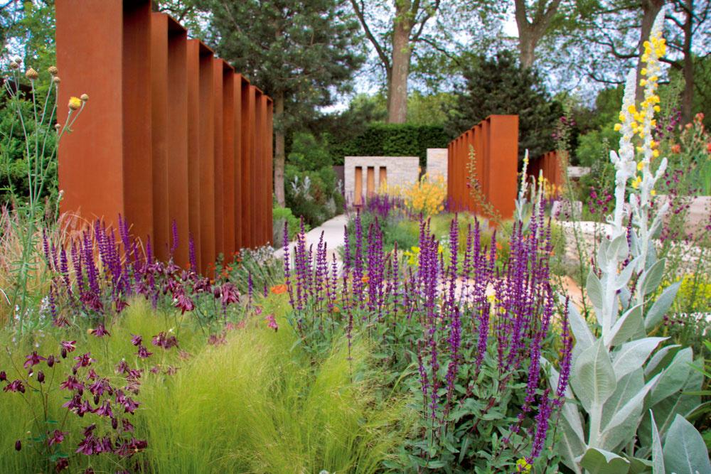 Priestor záhrady zaberajú asúčasne uvoľňujú dve nápadné vysoké steny pozvárané zhrdzavejúceho kovu. Netradičným spôsobom delia aozvláštňujú prostredie určené zeleni.