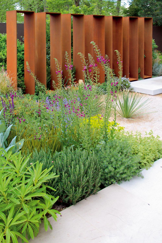Rastliny vzemine, rastliny vštrku, kamenné murivo, ale aj betónové platne akovová deliaca konštrukcia… Napriek svojim materiálovým ainým rozporuplnostiam vytvorili plnohodnotný záhradný celok.