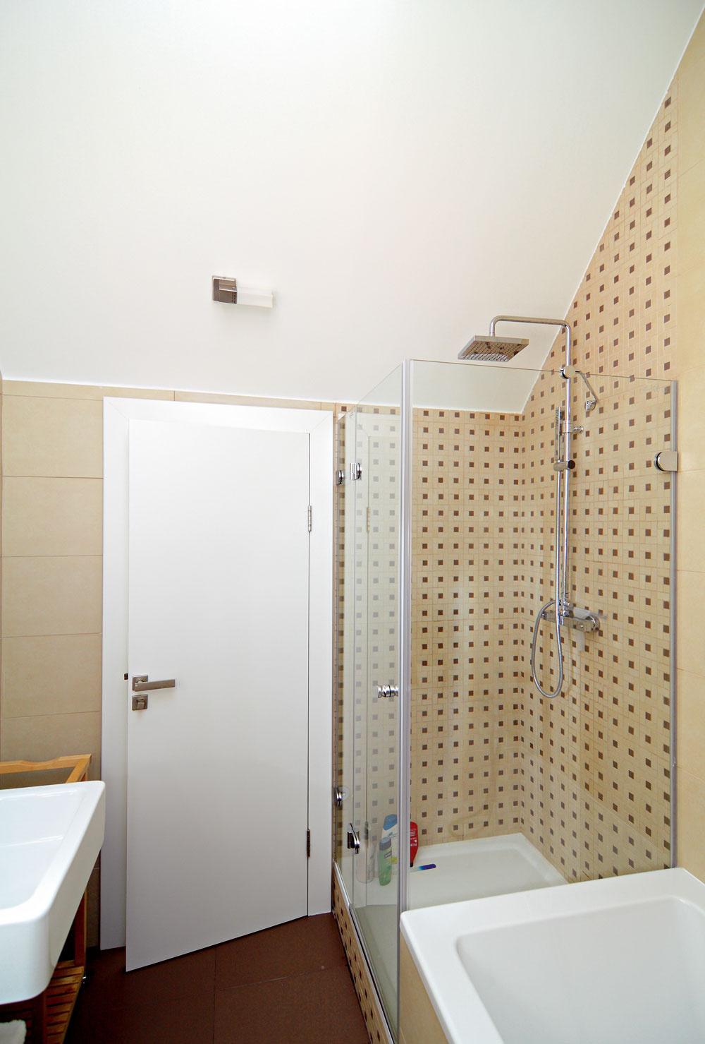 Vkúpeľni si na svoje prídu milovníci pohodovej vane, ale aj rýchlej sprchy. Zaujal nás detail napojenia štvorčekovaného obkladu na šikminu podstrešia: dali si tu záležať.