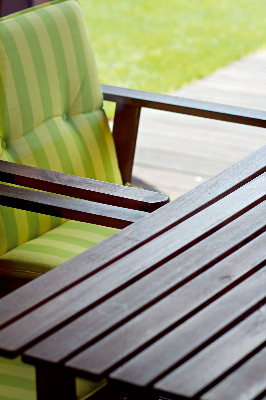 Záhradná siesta spatričným záhradným nábytkom ponúka vhodné útočisko pri kartových hrách.