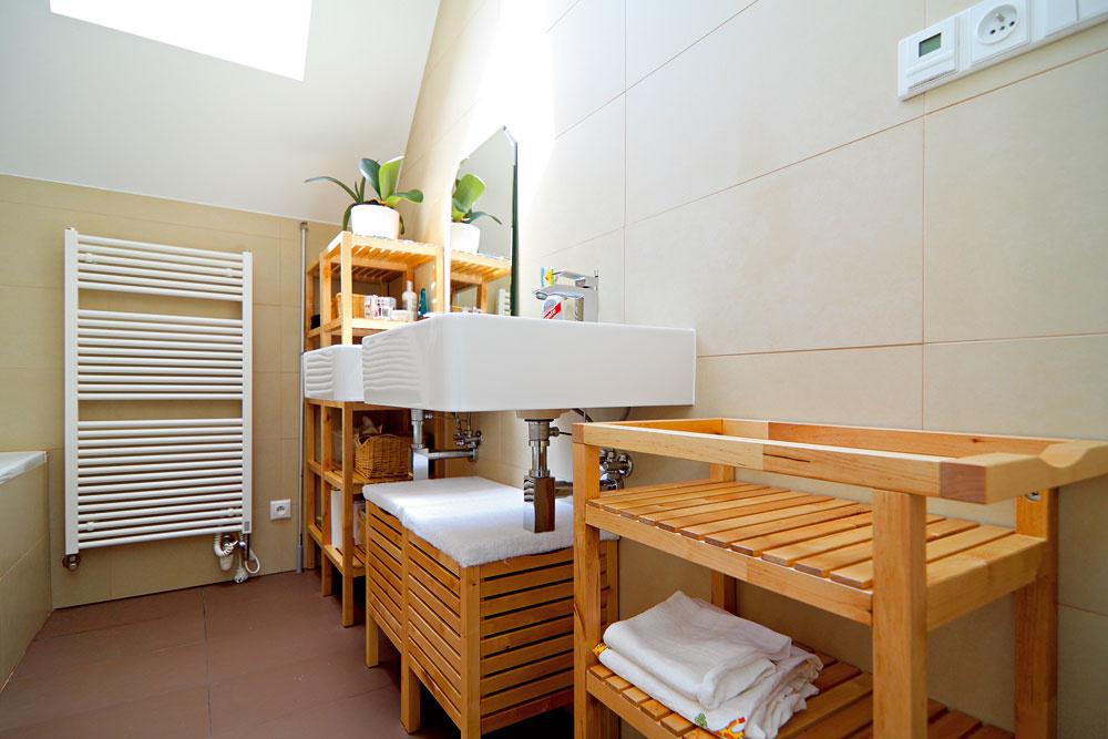 Kúpeľňu navrhli vprírodných odtieňoch aj materiáloch.