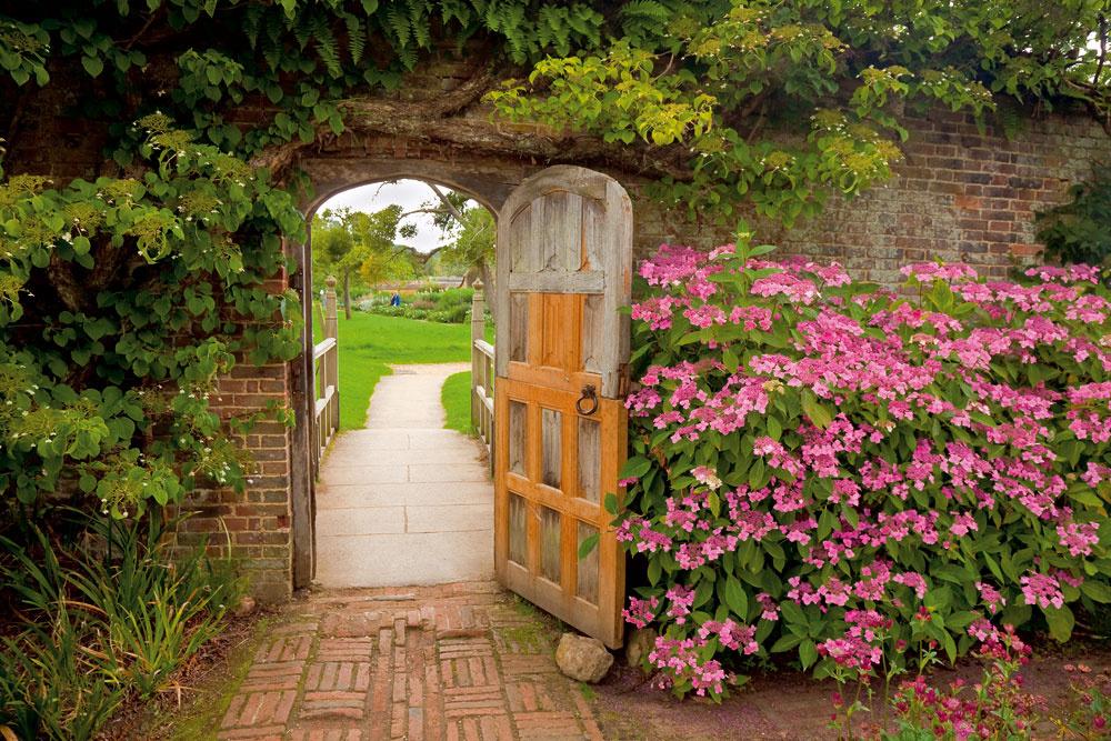 Chodníky sú tepnami záhrad. Svojím charakterom, farebnosťou avýberom materiálu by mali vždy korešpondovať sdomom, pri ktorom sa nachádzajú atvoria sním jeden celok. Vrámci jednej záhrady nie je nikdy dobré používať viacero odlišných typov chodníkov auž vôbec nie používať veľké množstvá rôznych materiálov.