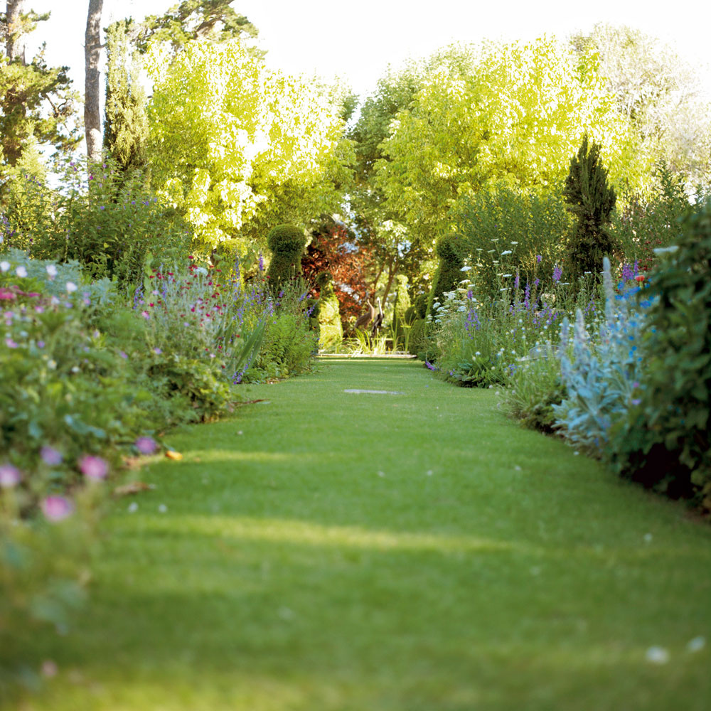 Vprírodnom type záhrad sa uplatnia trávnaté chodníky. Sú ideálne aj do záhrad vybudovaných vekologickom duchu aúplne najviac do vidieckeho prostredia. Sú však náročnejšie na údržbu. Negatívom je aj to, že nie sú schodné za každého počasia. Založiť ich možno jednoducho arýchlo – položením hotových trávnych kobercov. Je to však drahšia alternatíva ako vysievanie trávových semien.