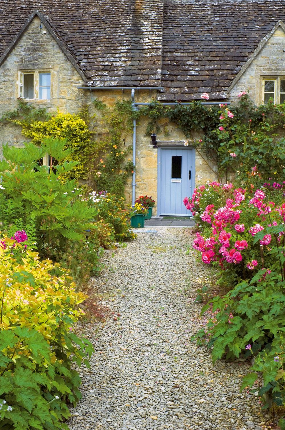 Katraktivite chodníkov prispieva okolitá výsadba. Vhodné sú kompaktné anižšie kvitnúce trvalky, prípadne aromatické rastliny.