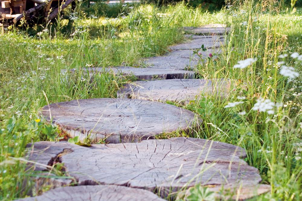 Vhorskom prostredí sa uplatní aj takýto netradičný chodník – znarezanej guľatiny. Drevo treba pred inštaláciou impregnovať, inak veľmi rýchlo začne podliehať poveternostným vplyvom.