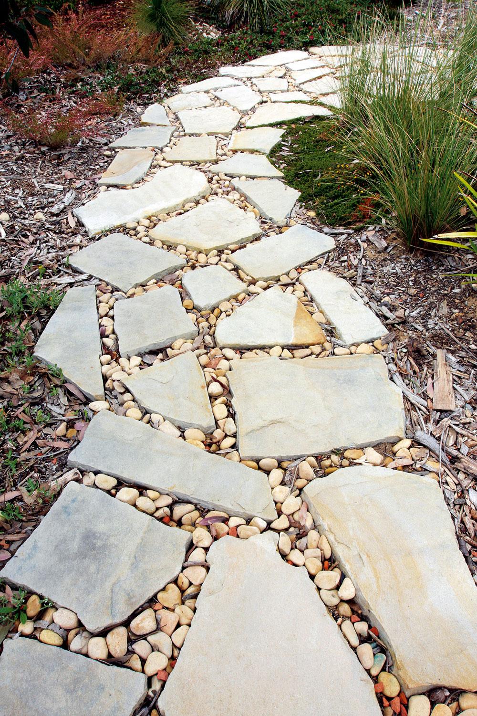Rozšírené – nielen vekologických záhradách – je využitie prírodných materiálov. Trendové sú štrkové chodníky spoloženými kamennými nášľapnými platňami.