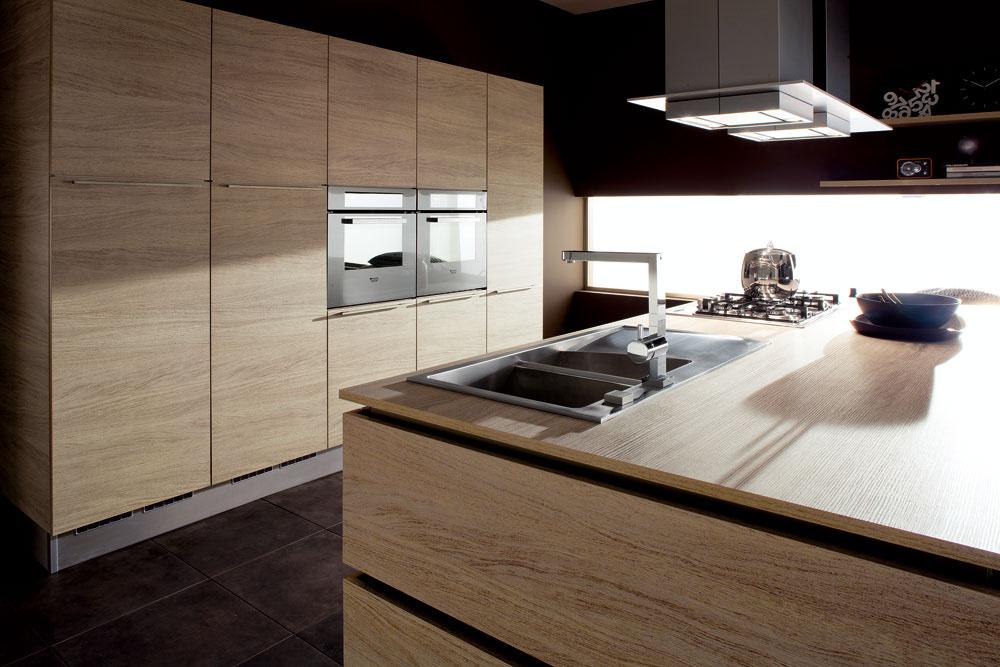 Nové trendy znova objavujú krásu prírody, anajmä dreva. Moderné kuchyne rešpektujú čistú dizajnovú líniu, ale chladný dojem z nich roztápa prítomnosť štruktúry dreva.