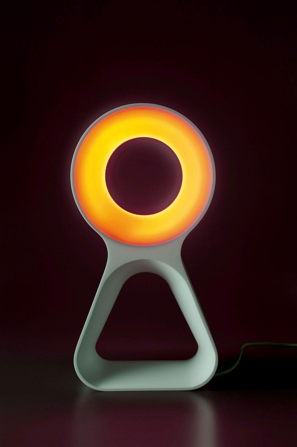 Dizajnovo čisté, elegantne sošné svietidlo Octopus od Reného Šulca sa tvarovalo zCorianu vpražskom Inveno Design Studio.