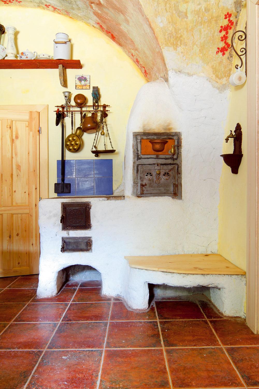 """Miestnosti tu vykurujú pomocou elektrických konvektorov, prikúriť si možno vpieckach akozuboch. Na poschodí boli aj voľakedy byty, na prízemí obchody: """"Pôvodný model sme len kopírovali. Takto žila societa zkonca 19. storočia, malo to svoj zmysel, domy žili,"""" hovoria investori. Kinventáru bytov od začiatku patria kúpeľňa, toaleta, bojler na teplú vodu, kuchynská linka, dobový nábytok, svietidlá, žalúzie, obrazy, plastiky, dekoračné predmety."""