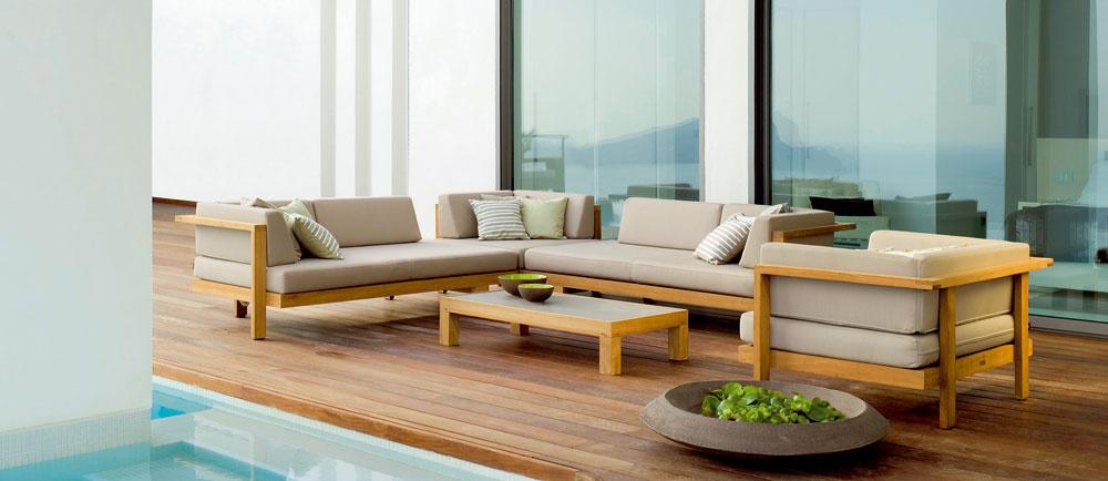 Letí elegancia, tvarová amateriálová dokonalosť. Pure sofa od Bird & Tree je toho dôkazom. Tíková konštrukcia spremysleným dizajnom amäkké čalúnenie láka kpríjemnému leňošeniu na čerstvom vzduchu. Proces farbenia priadze akrylom zabezpečuje, že farby nevyblednú, ani keď sú vystavené extrémnemu slnečnému žiareniu aimpregnácia teflónom zaručuje odolnosť proti škvrnám avode. dizajn: Andre Munteanu