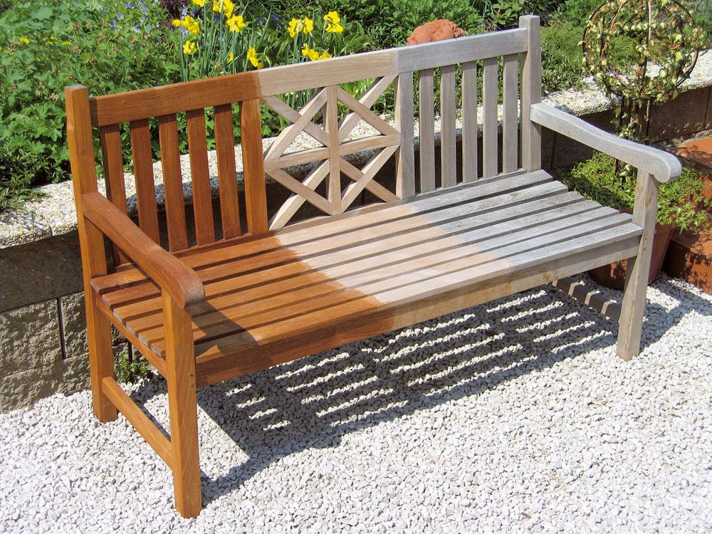 Tíkové drevo vystavené slnečnému žiareniu a daždivému počasiu postupne zvetráva, čo sa prejavuje farebnou zmenou povrchu.a nemá žiadny vplyv na kvalitu a trvanlivosť nábytku. Vzniká tzv. striebrosivá ušľachtilá patina, ktorú drevo nadobúda po 2 až 3 mesiacoch.  Zvetrávaniu nábytku môžete zabrániť pravidelným ošetrovaním olejom,  ktorý zvýrazní jeho textúra a dodá drevu tmavší odtieň. Ošetrenie odporúčame zopakovať jeden až trikrát ročne, podľa potreby.