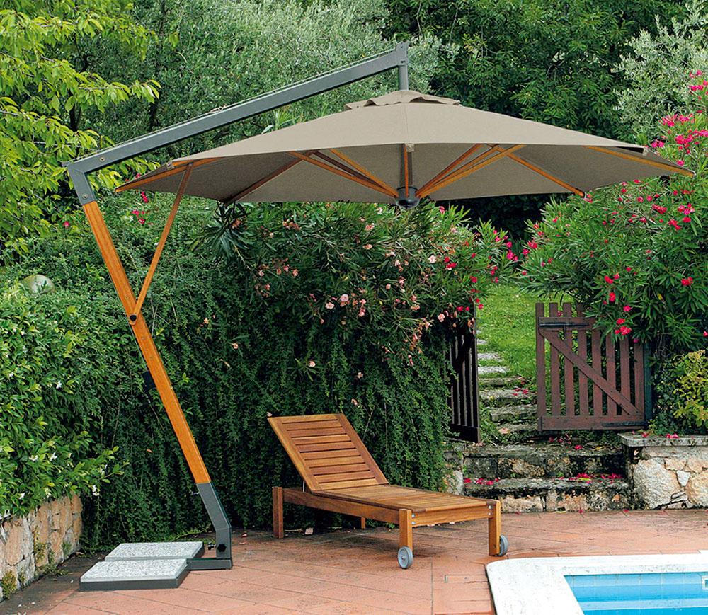 Veľký voľne zavesený slnečník Torino zkombinácie materiálov kov adrevo dodá záhrade punc noblesy aoceníte aj jeho praktickú stránku.