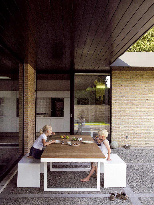 Výrobcovia záhradného nábytku hľadajú cesty, ako prepojiť celkový dizajn interiéru aexteriéru, pretože terasy azáhrady sa stali zarchitektonického hľadiska súčasťou domu. Väčšinou ich delia iba veľké zasklené steny, ktoré nebránia oku vnímať ich ako jeden priestor. Preto sa záhradný nábytok mení astráca svoje striktné určenie. Napríklad kolekcia Colect od Bird & Tree, ktorá by pokojne mohla dizajnom kraľovať aj jedálni je vyrobená zhliníka vkombinácii stropickým drevom afromózia. Hliník je upravený špeciálnou metódou práškovania, ktorá sa vypaľuje pri vyšších teplotách, ako sú farby na autách.  Takto však vnáša aj do záhrady interiérový luxus.