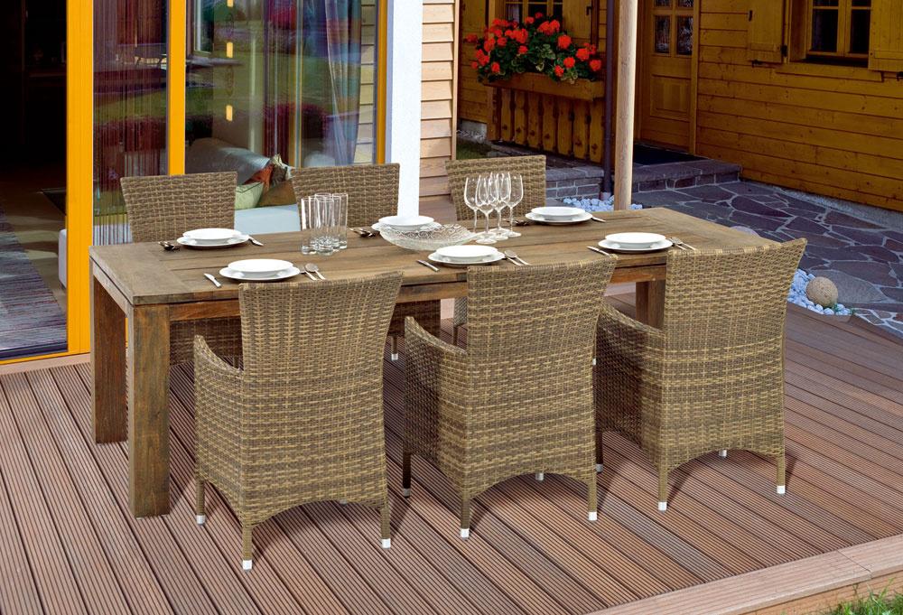 Zaujímavá je kombinácia masívneho tíkového stola avypletaných stoličiek zumelého vlákna. Stôl Borneo je ztrendového recyklovaného tíkového dreva, ktoré bolo recyklačným procesom zbavené vlhkosti, čo garantuje maximálnu odolnosť proti vplyvom počasia. Na jeho výrobu neboli vyrúbané žiadne ďalšie stromy azároveň je každý kus unikátny.