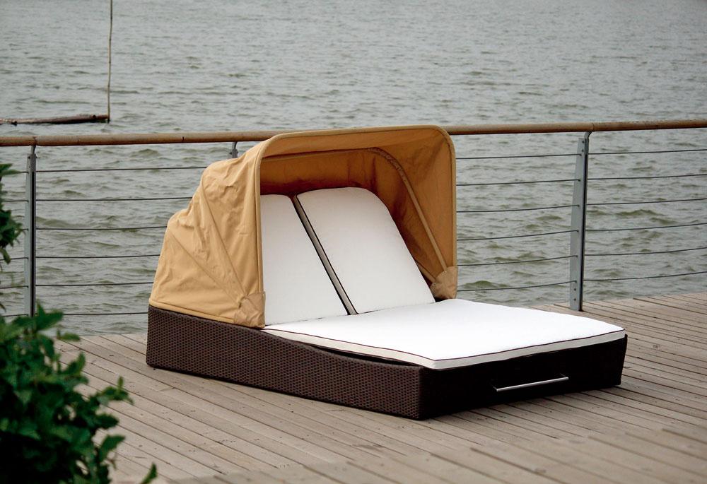 Pohodlné luxusné dvojité ležadlo Peru skolieskami aso slnečným krytom. Pohodlie aelegancia sú prvoradé.