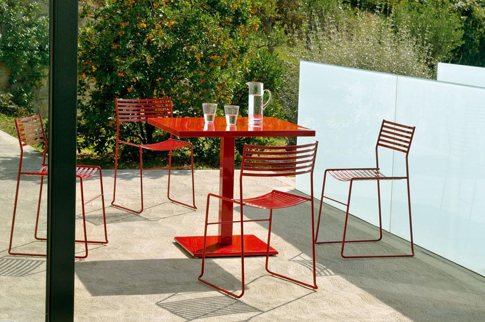 Nenásilný kontrast výraznej farby akovového materiálu jednoduchého nábytku kprírode vokolí. To je jeden zo zaujímavých trendov vzáhradnej tvorbe. Môžete si ho vytvoriť aj pomocou kolekcie Aero od Emu, ktorej dizajn vytvoril Paul Newmann.