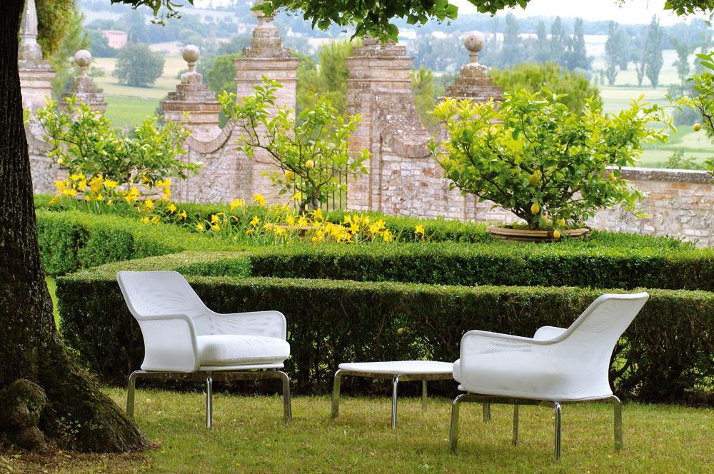 Séria Cross vsebe spája mäkké línie chladnej hliníkovej konštrukcie amodernej vymeniteľnej syntetickej tkaniny, ktorá pripomína noblesnú, ale jednoduchú róbu nevesty. Kolekciu tohto elegantného záhradného nábytku navrhol Rodolfo Dordoni.