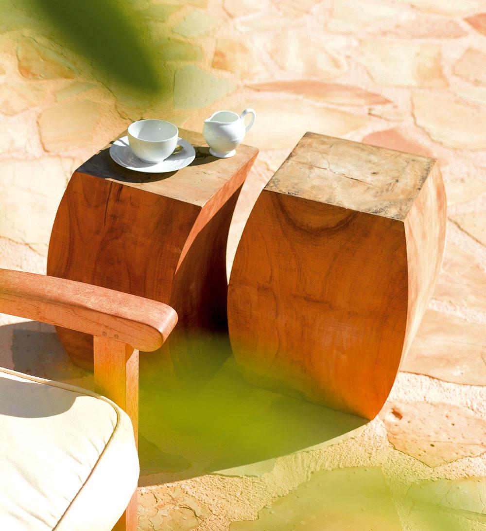 Mäkký tvar dreveného klátika, ktorý sa môže využiť ako príležitostná exteriérová taburetka alebo ako odkladací stolík, vnesie aj do mestskej okrasnej záhrady teplú atmosféru príbytkov našich starých mám. (foto: Bird & Tree
