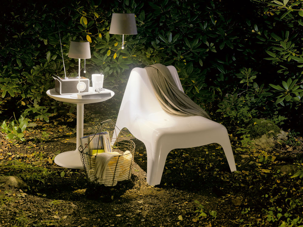 Skryté zákutie sa premení na modernú časť záhrady pomocou plastového kresla Ikea PS Vagö IKEA aodkladacieho stolíka PS Sandskär, ktoré navrhol  Thomas Sandell. Kreslo má vsedadle vtipný dizajnérsky prvok – dierku, ktorá slúži na odvod dažďovej vody. Stolík má snímateľnú dosku, použiteľnú ako servírovací podnos.