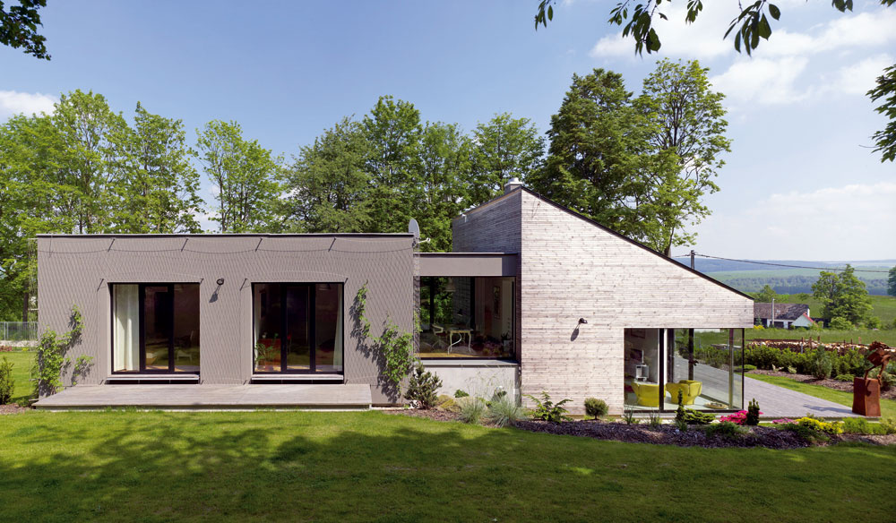Domáci majú radšej pohľad na dom zozadu – je pekne usadený v teréne acez stavbu vidno až dolu do údolia.
