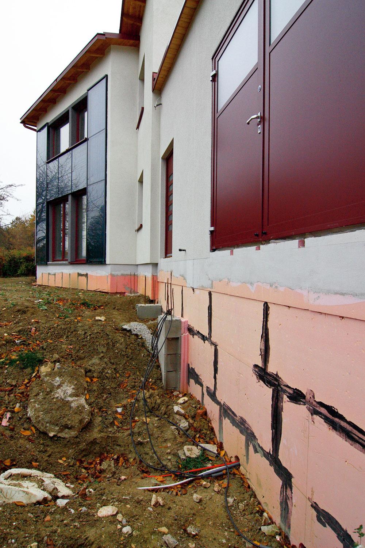 Pri nepodpivničenom dome netreba zabudnúť na vhodnú izoláciu sokla, ktorá takisto prispieva k celkovým úsporám energií.