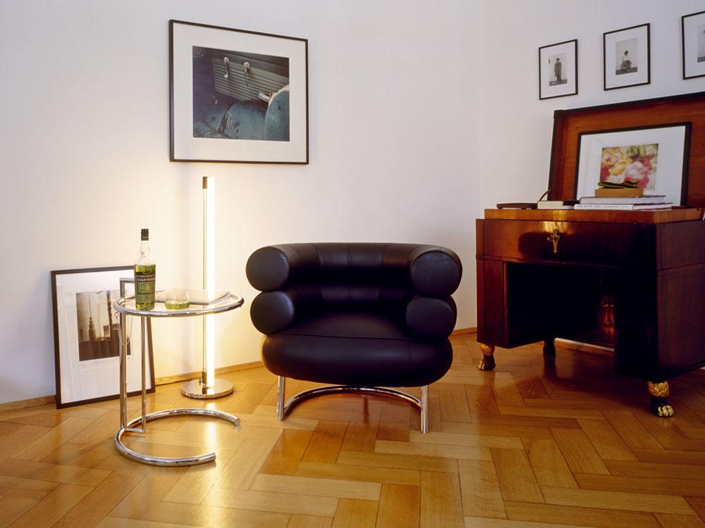 Hodnotu, ktorá pretrváva, predstavujú aj známe návrhy dizajnérky Eileen Grayovej – stolík Adjustable Table, kresielko Bibendum asvietidlo Tube Light. (foto: Françoise Halard)