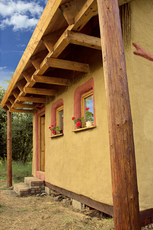 """Konštrukciu """"zdravého"""" domu môže tvoriť kameň, drevo, pálená anepálená tehla, vápenec, hlina, íl, piesok, ale aj slama či konopné vlákna."""
