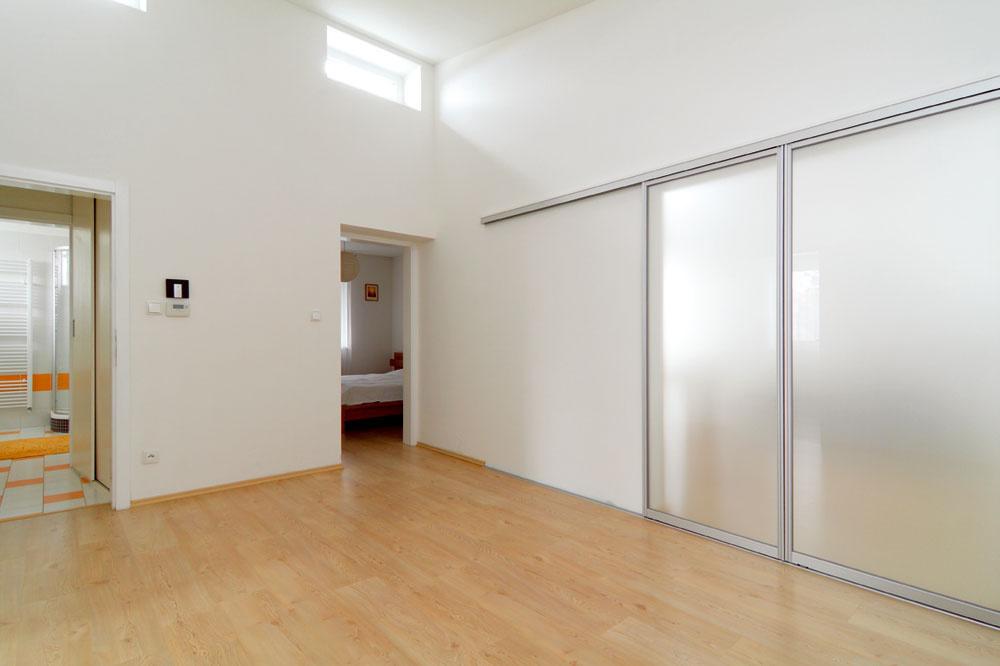 Posuvnými dverami sa dá oddeliť od haly hlavný obytný priestor, ktorého súčasťou je obývačka, kuchyňa ajedáleň. Zhaly sa vchádza aj do spálne Romana aMartiny, do susednej kúpeľne ado budúcich detských izieb.