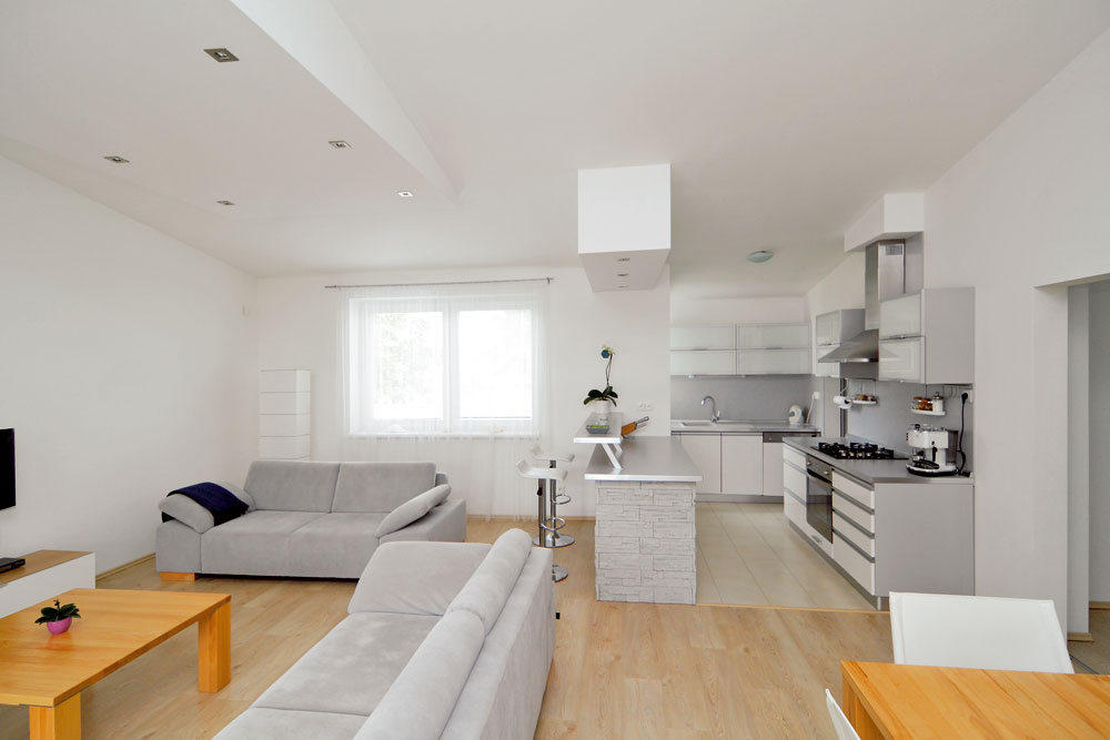 Hoci dom patrí rozlohou medzi tie skromnejšie, obytná plocha má asi 115 m2, nemuseli sa vzdať praktických úložných priestorov. Aj pri malej výmere sa zmestila napríklad špajza pri kuchyni.
