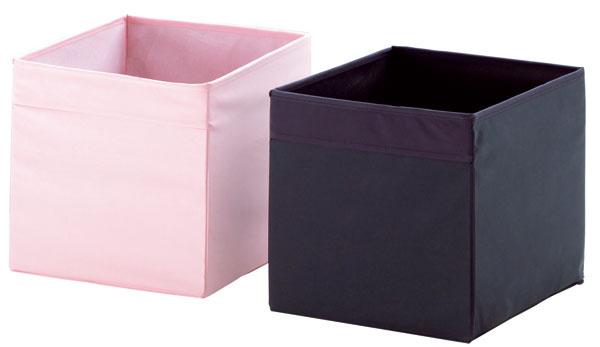 Úložné škatule Dröna zpolyesterových mikrovlákien arecyklovanej lepenky. Rúčky po oboch stranách zásuvky uľahčujú manipuláciu. Rozmery: š 33 × h 38 × v33cm. Cena 4,49 €.