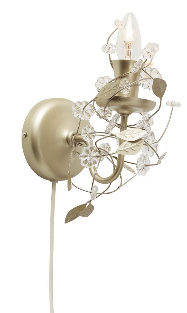 Nástenná lampa Söder, dizajn P.Amsell/ B.Wesslander. Rameno akonzola zocele, dekorácia zo sklenených kryštálov. Rozmery: v24× š 12 cm, priemer 10 cm. Cena 24,99 €. Predáva IKEA.