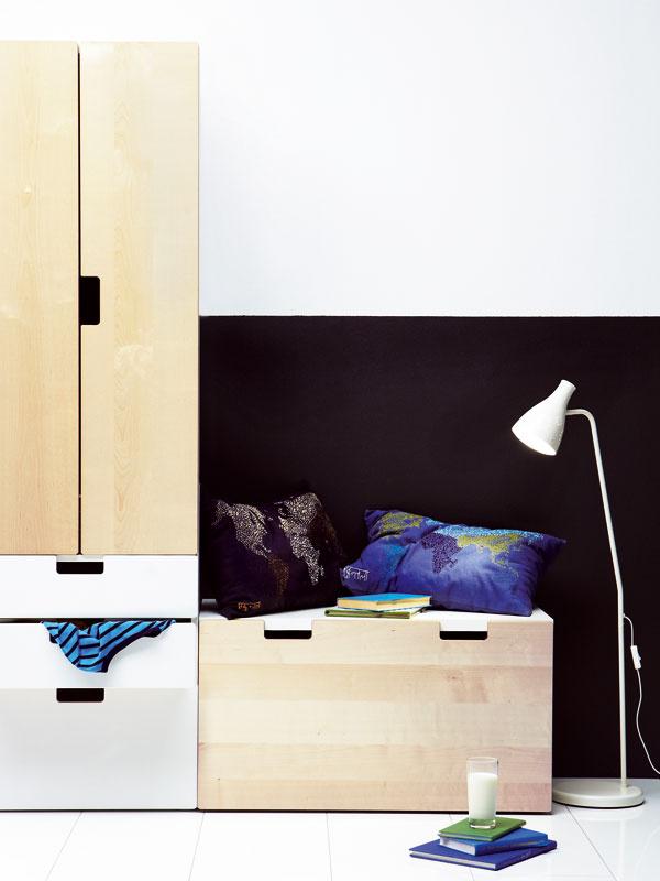 Úložná zostava Stuva, dizajn Ebba Strandmark/IKEA of Sweden. Materiál: drevovláknitá doska, brezová dyha, priehľadný akrylový lak. Rozmery: š 150 × h 50 × v192cm. Cena 211,80 €.