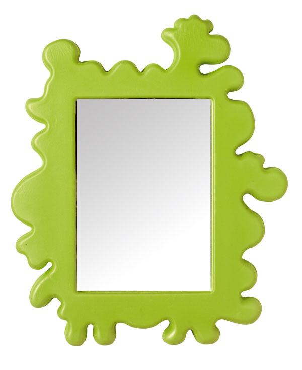 Zrkadlo Barnslig splastovým rámom. Dizajn Eva Lundgreen. Rozmery: 53 × 44 cm. Cena 12,99 €. Predáva IKEA.