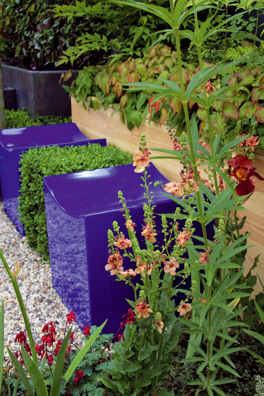 TIP do modernej záhrady: Detaily výrazných farieb Ten, kto chce mať farebne pestrú záhradu, si do nej väčšinou vysadí rozmanité kvitnúce rastliny – letničky, ruže, trvalky, cibuľoviny. Zaujímavá farebnosť sa však dá docieliť aj pomocou doplnkov adrobných stavebných prvkov – na rozdiel od rastlín tieto nestratia farby spolu skvetmi. Osviežujúce odtiene môže do záhrady vniesť záhradný nábytok, vegetačné nádoby alebo doplnky adekorácie ako lampáše či vankúše. Prípadne môžete zobrať štetec afarbu anatrieť plot, domček na náradie, altán alebo paraván. Premyslite si pritom, či dáte prednosť výrazným kontrastom, alebo harmónii atlmeným farbám.