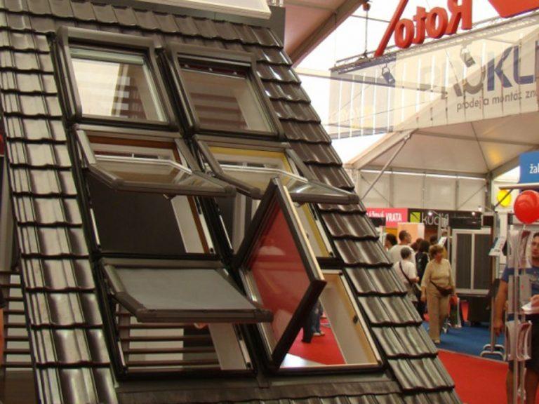 Produktová novinka – plastové strešné okno v dekore Borovice a Zlatého dubu