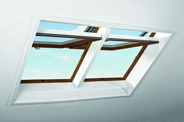Strešné okno Roto Designo R7 v dekore Zlatého dubu